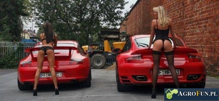 Dziewczyny przy samochodach