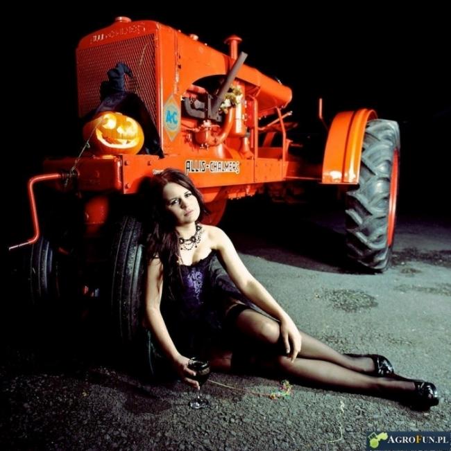 Kalendarz dziewczyny przy traktorach