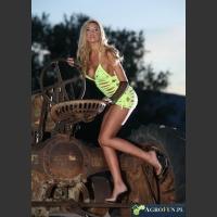 Piękna dziewczyna na ciągniku