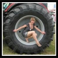 Zdjęcie pięknej dziewczyny przy traktorze